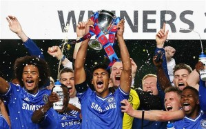 Dom Solanke lifts the trophy after his late brace won Chelsea the FA Youth Cup.